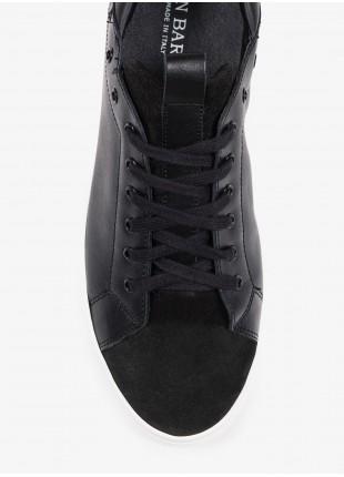 Sneakers uomo John Barritt, in pelle liscia con inserti scamosciati, suola in gomma. Colore nero. Composizione 100% pelle. Nero