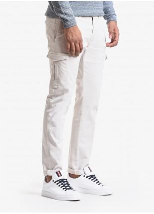 Pantalone uomo John Barritt, modello tasconato, vestibilita slim, in cotone tinto capo. Composizione 98% cotone 2% elastan. White