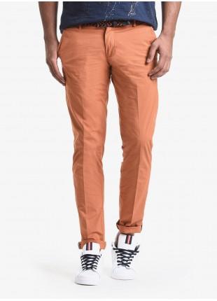 Pantalone chinos uomo John Barritt, vestibilita slim, in popeline di cotone tinto capo. Composizione 97% cotone 3% elastan. Orange