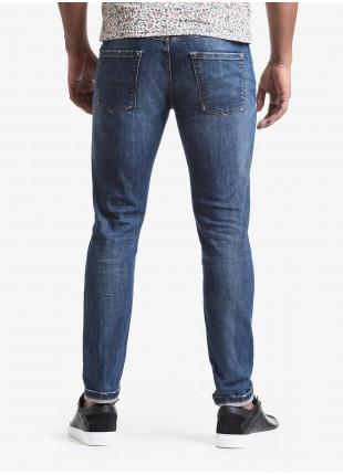 Jeans uomo John Barritt con tasche america davanti, vestibilita slim, in denim elasticizzato blu stone wash. Composizione 99% cotone 1% elastan. Sky Blue