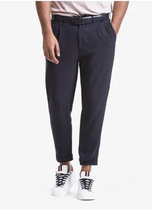Pantalone uomo John Barritt con due pinces, vestibilita baggy, tasche america davanti e tasche a pattina dietro. Tessuto leggermente goffrato, mono stretch. Composizione 43% viscosa 42% poliestere 15% poliammide. Blue