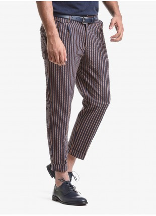 John Barritt man pants with two pleats, baggy fit, slant side pockets on front and small flap pockets on back. Seersucker fabric with striped pattern. Composition 38% cotton 33% polyester 29% polyamide. Blue