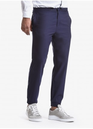 Pantalone uomo John Barritt, vestibilita slim, elastico e coulisse in vita, tasche inserite nel fianco davanti e tasche applicate dietro. Meta fondo arricciato dietro. Tessuto in pura lana. Composizione 100% lana. Blue