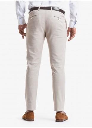 Pantalone chinos uomo John Barritt, vestibilita slim, in cotone elasticizzato con micro disegno. Composizione 97% cotone 3% elastan. Beige