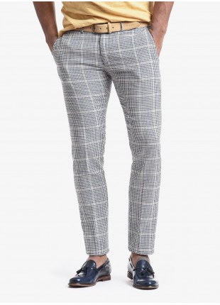 John Barritt man chinos, slim fit, in cotton fabric with check design. Composition 90% cotton 10% polyester. Bluette