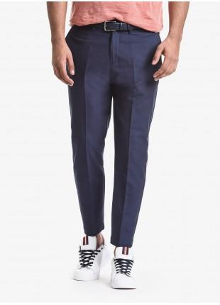 Pantalone uomo John Barritt, vestibilita baggy, tasche america davanti e tasche a pattina dietro. Fettuccia colorata applicata sul lato della gamba. Tessuto goffrato. Composizione 50% cotone 28% poliestere 22% poliammide. Blue