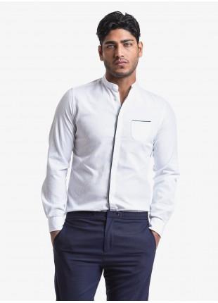 Camicia uomo John Barritt, vestibilita slim, in cotone operato, collo alla coreana. Colore bianco e piping a contrasto blu. Composizione 100% cotone. White