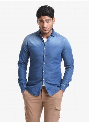 Camicia uomo John Barritt, vestibilita slim, in denim di cotone leggero, mezzo collo francese. Colore blu jeans medio. Composizione 100% cotone. Blue