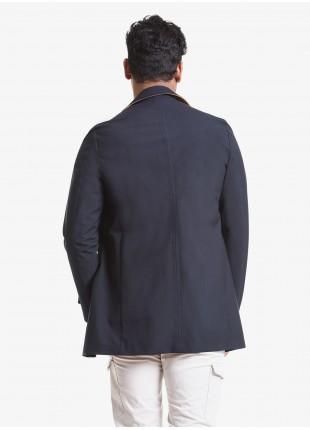 Trench uomo John Barritt, vestibilita slim, sfoderato, tasche a filetto e alamari sulle maniche. Tessuto tecnico accoppiato con interno a contrasto. Composizione 58% poliestere 28% viscosa 14% poliuretano. Blue