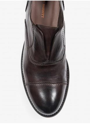 Scarpa bassa uomo John Barritt, modello senza lacci con allacciatura oxford, in pelle di agnello tinta in capo, colore cognac. Suola in gomma. Composizione 100% pelle. Marrone Scuro