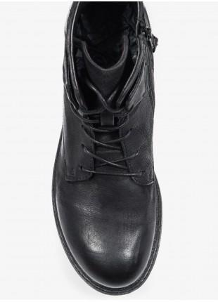 Scarpa uomo John Barritt, modello anfibio con zip laterale, in pelle di vitello, colore nero. Suola in gomma. Composizione 100% pelle. Nero