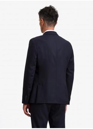 Giacca uomo John Barritt vestibilita regular, semi-foderata, due bottoni, doppio spacco, tasche a pattina, pochette e amf. Tessuto in misto lana. Colore blu. Composizione 70% lana 30% poliestere. Blue