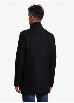 Cappotto uomo John Barritt, sfoderato, vestibilita slim, chiusura a 4 bottoni, collo a fascetta, uno spacco. Tessuto di misto lana accoppiato, colore nero. Composizione 60% poliestere 25% acrilico 12% lana vergine 3% elastan. Nero