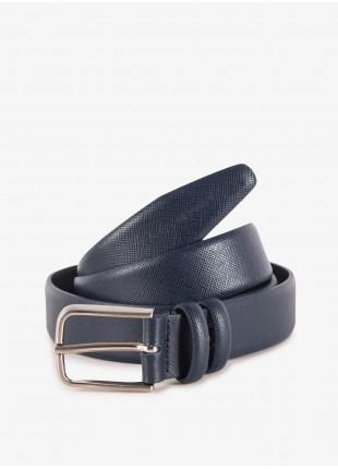 Cintura uomo John Barritt, regolabile, altezza 3 cm, in pelle stampata saffiano, colore blu. Fibbia in metallo galvanica nikel satinato. Composizione 100% pelle. Blue