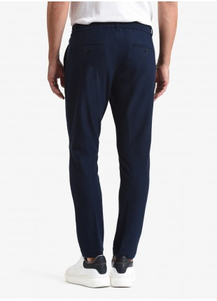 Pantalone uomo John Barritt, vestibilita slim, elastico e coulisse in vita, tasche america davanti e tasche a filetto dietro. Tessuto in jersey con micro armatura. Colore blu scuro. Composizione 100% cotone. Sky Blue