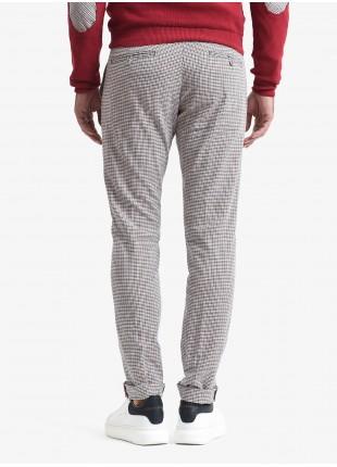Pantalone chinos uomo John Barritt, vestibilita slim, tessuto in cotone con fantasia micro pied-de-poule. Colore rosso/blu. Composizione 100% cotone. Rosso Chiaro