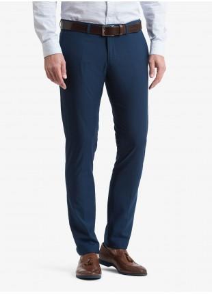 Pantalone chinos uomo John Barritt, vestibilita slim, tessuto stretch in poliestere/viscosa con micro struttura. Colore blu aperto. Composizione 76% poliestere 22% viscosa 2% elastan. Bluette