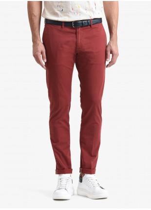 Pantalone chinos uomo John Barritt, vestibilita slim, in cotone stretch tinto capo. Composizione 98% cotone 2% elastan. Rosso Chiaro