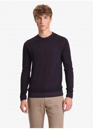 Maglia uomo John Barritt vestibilita slim, girocollo, filato in lana merino tinto in capo, color prugna. Composizione 100% lana. Melanzana