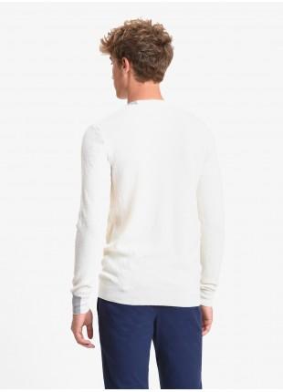 Maglia uomo John Barritt vestibilita slim, girocollo, filato in lana merino. Punto lavorato a rombi, dettagli a contrasto su collo e polso. Colore panna. Composizione 100% lana. White