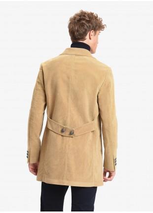 Cappotto uomo John Barritt, sfoderato, vestibilita slim, chiusura a tre bottoni, martingala con bottoni dietro. Tessuto in fustagno lavato, color cammello. Composizione 100% cotone. Cammello