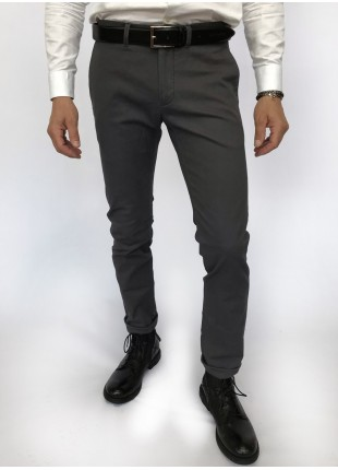 Man chinos pants, slim fit, in stretch cotton fabric, piece-dyed and garment washed. Medium grey colour. Composition 98% cotton 2% elastane. Grigio Scuro Unito