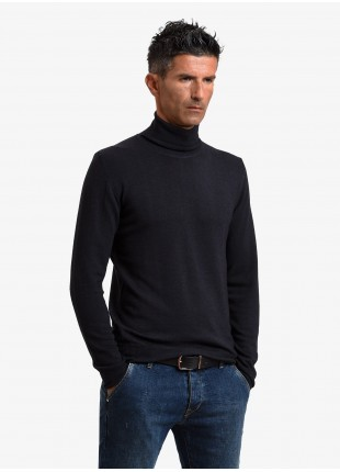 John Barritt man turtle neck sweater, slim fit, pure wool yarn, garment-dyed, color brick red. Composition 100% wool. Nero