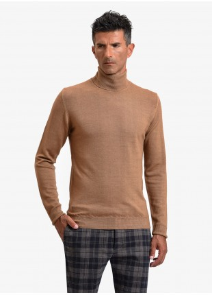 John Barritt man turtle neck sweater, slim fit, pure wool yarn, garment-dyed, color brick red. Composition 100% wool. Caramel