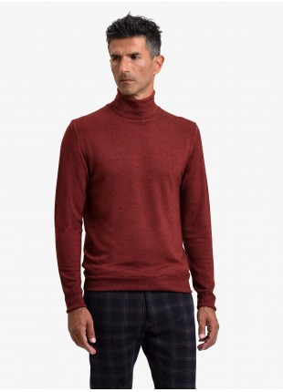 John Barritt man turtle neck sweater, slim fit, pure wool yarn, garment-dyed, color brick red. Composition 100% wool. Bordeaux